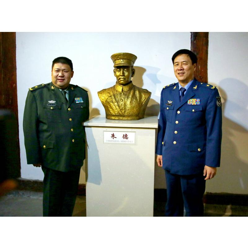 毛新宇和朱和平在护国战争纪念馆朱德雕像前合影