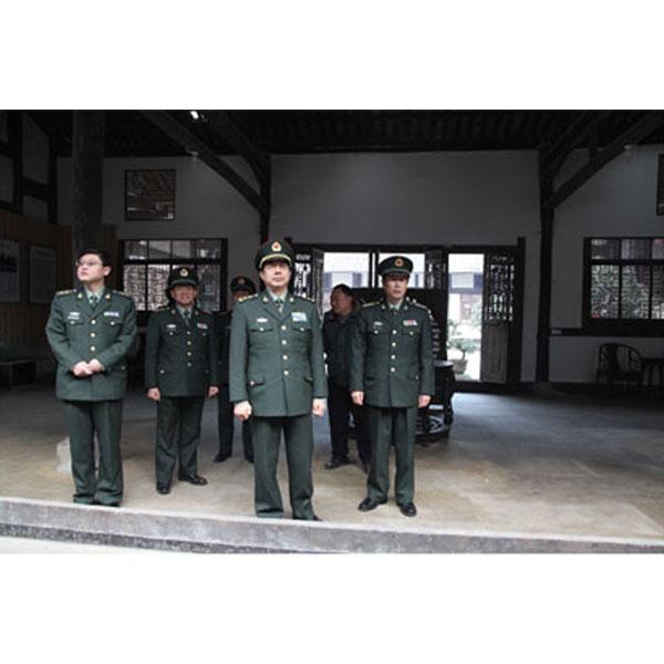 成都军区政委朱福熙中将在泸州军分区政委张习大校陪同下视察护国战争纪念馆